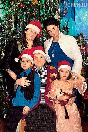 Ксения Румянцева с мамой Тамарой Румянцевой, дочерью Сашей и внуками Марком и Алисой