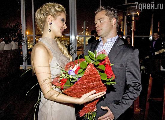 Одним из первых прибыл Виталий Гогунский, коллега Кожевниковой по сериалу «Универ»