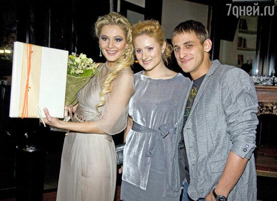 Мария Кожевникова и актер скетч-кома «Даешь молодежь!» Михаил Башкатов с супругой
