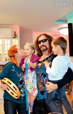 Марина Анисина и Никита Джигурда с дочкой Эвой-Владой и сыном Мик-Анжелем