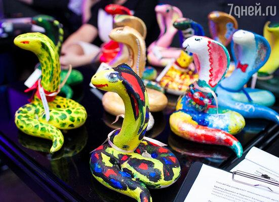 В качестве лотов были представлены эксклюзивные календари с изображением российских звёзд и их детей (проект фотографа Романа Кадария) и символы грядущего года — статуэтки змеи, расписанные артистами