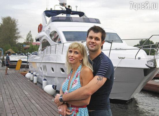 Наверное, Алена себя утешала: поиграем в любовь на берегу океана, а в Москве все забудется...
