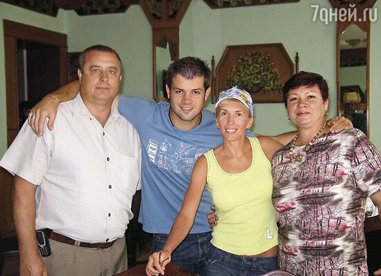 Алена страшно переживала, узнав, что в Москву едут мои родители. Все-таки моя мама старше ее всего на 3 года. (Дима и Алена с родителями Дмитрия Николаем и Зинаидой)