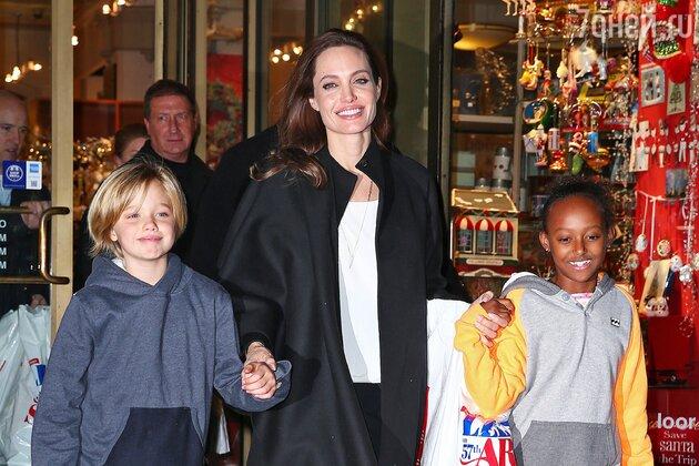 Анджелина Джоли с дочерьми Шило и Захарой