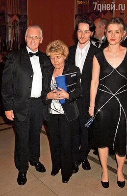 Энн-Мэри, бабушка и дед — это и была семья Джеймса, самые близкие люди, 2003 г.
