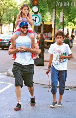 Хью Джекман с дочкой Авой Элиот и сыном Оскаром Максимиллианом. Монреаль, 2013 г.