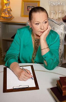Писала любимому каждый день письма, как дневник. И никакой в них любовной лирики, признаний, все главное — только между строк