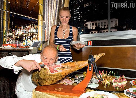 Дмитрий Марьянов и его подруга Ксения презентовали Нонне вкусный подарок— вяленый окорок — и немедленно егопродегустировали