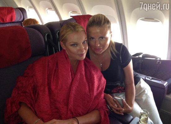 А в самолете Анастасию ждало еще одно чудо.  «Встретились в самолете с Анюсей!!! Полет будет весел!!!» — гласит подпись к снимку с певицей Анной Семенович, сделанной в самолете