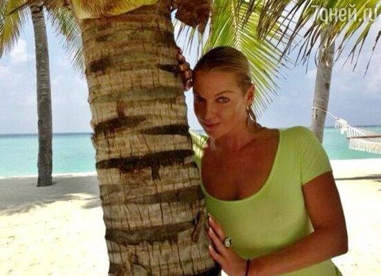 «Мои Мальдивы!!!» — так Анастасия подписала фотографию, на которой она изображена рядом с пальмой