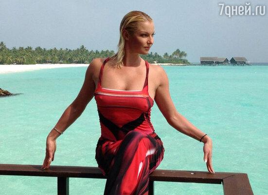 Даже на отдыхе Анастасия не могла отказать себе в роскошных нарядах и занималась спортом