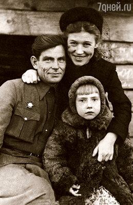 В подмосковном Коренево, где началось мое детство, мама работала лаборанткой, папа был агрономом