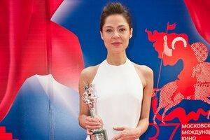 Церемония закрытия «ММКФ-2015»: звездные наряды на красной дорожке и триумф Елены Лядовой