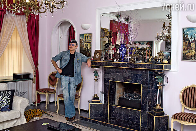 Михаил Боярский в своей квартире в Санкт-Петербурге