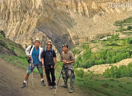 «На поездку в Тибет меня соблазнил Боря Гребенщиков. Это действительно место силы!» (Олег Меньшиков в горах Тибета с коллегой Александром Усовым и местным проводником)