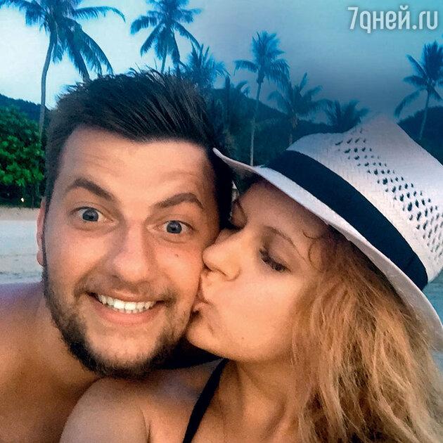 Анастасия Денисова с женихом