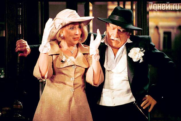 Инна Чурикова и Армен Джигарханян в спектакле «Город миллионеров». 2000 г.
