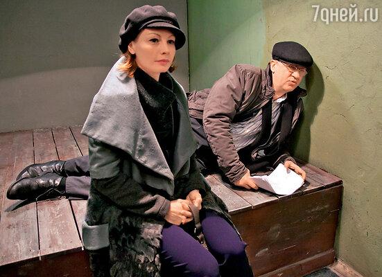 Героиня Алены Бабенко вместе с капитаном Управления собственной безопасности (актер Игорь Черневич) разрабатывают план поиска фантастического прибора