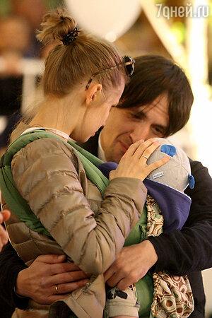 Артур Смольянинов с женой Дарьей Мельниковой и сыном Артуром