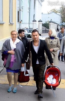 Первая прогулка Светланы иМаксима с маленькой Варей поцентру Москвы