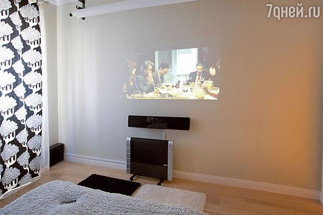 «В спальне есть проектор и синтезатор: можно встать среди ночи и написать песню, а можно посмотреть хороший фильм»