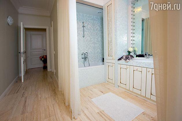 Ванная комната совмещает в себе и гримерную. А от спальни она отделена не дверью, а плотной занавеской
