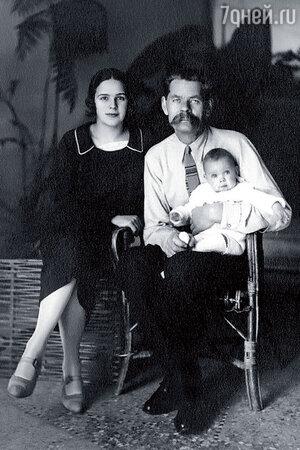Максим Горький с невесткой и внучкой