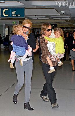 С мужем Китом Урбаном и дочерьми Сандэй Роуз и Фэйт Маргарет