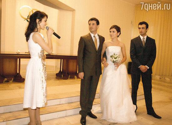 Сати Казанова поздравляет жениха и невесту