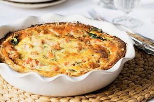 Рецепты от Юлии Высоцкой: Киш ссемгой и шпинатом, яйцо бенедикт с беконом иМорковные маффины сгрецкими орехами