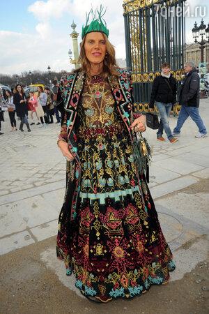 Анна Делло Руссо в платье и с клатчем от Valentino и ободком от Prada