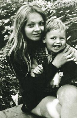 Я никогда не лез в личную жизнь матери: видел, что с отцом они с разных планет. Я был слишком мал, когда они разошлись