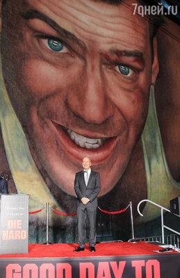 Десятиметровым портретом Брюса Уиллиса в образе полицейского Джона Маклейна украсила кинокомпания «20th Century Fox» стену одной из своих студий в честь 25-летия со дня выхода классического боевика «Крепкий орешек»