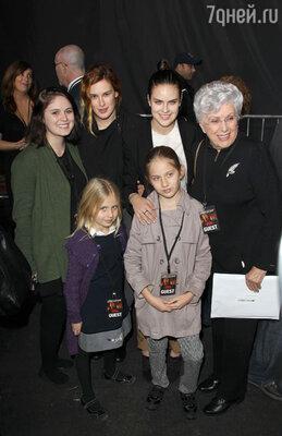 Разделить с отцом его радость пришли три дочери Уиллиса от брака с актрисой Деми Мур — Румер, Скаут и Таллула