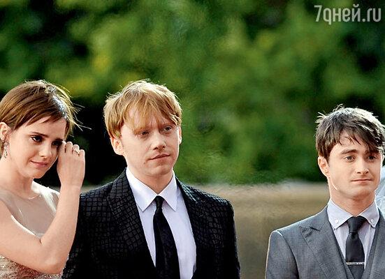 Ну как тут не расплакаться?! Эмма с Рупертом Гринтом и Дэниелом Рэдклиффом в Лондоне на премьере последнего фильма о Гарри Поттере