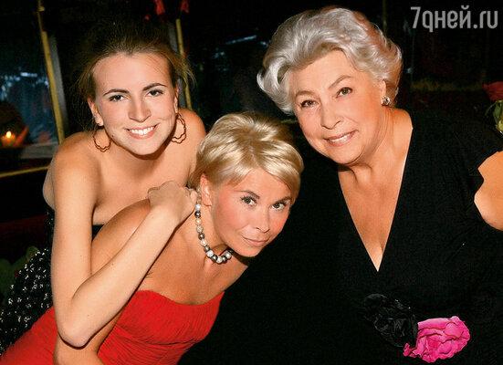 Тоня, наша дочь Ольга и внучка Ксения