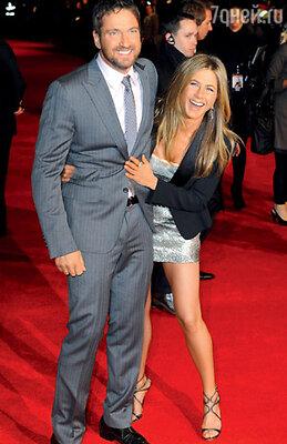 А с шотландским горячим парнем Джерардом Батлером Дженнифер, по ее словам, всего лишь дружила. В Лондоне, на премьере фильма «Охотник за головами». Март 2010 г.