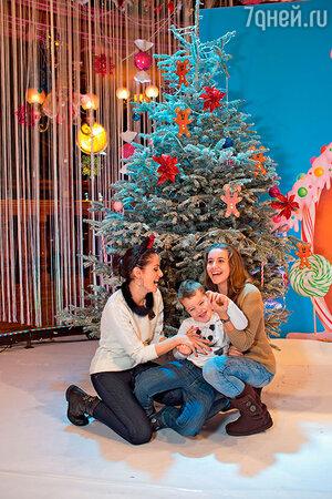 Анна Ковальчук с дочерью Златой и сыном Добрыней