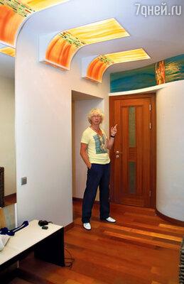 Главное украшение прихожей — авторские стеклянные панели на потолке