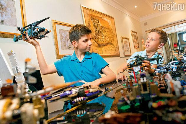 Брат Анастасии Денисовой Андрей (слева) и сын Юра