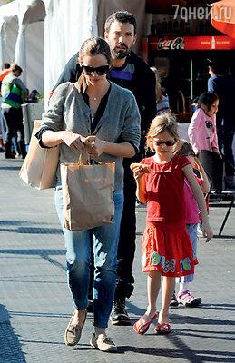 Бен Эффлек и Дженнифер Гарнер с дочерьми Вайолет и Серафиной на прогулке