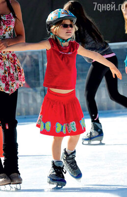 Семилетняя Вайолет уверенно держалась на коньках