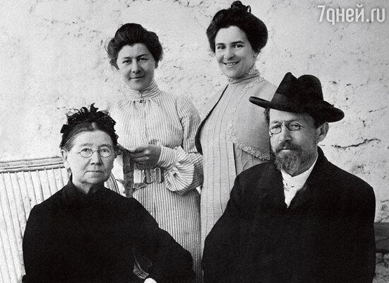 Антон Павлович Чехов (справа) с семьей в Ялте.