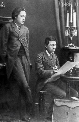 Писатель Антон Чехов (слева) с братом Николаем Чеховым (справа).