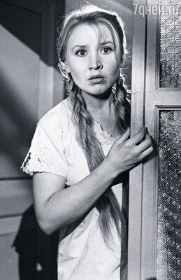 Мама была совсем другой — мягкой, открытой, общительной и очень веселой. Когда мы гуляли с ней на улице, она  иногда начинала петь. (Екатерина Савинова в фильме «Приходите завтра», 1963 г.)