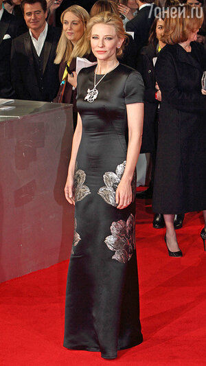 Кейт Бланшетт в платье-футляре от Alexander McQueen