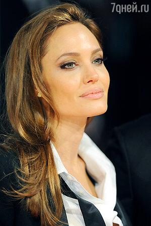 Анджелина Джоли в брючном костюме от Saint Laurent