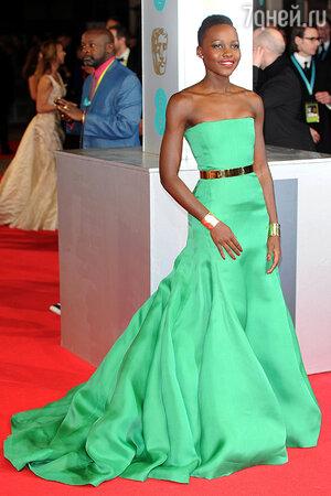 Люпита Нионго в платье-бандо от Christian Dior