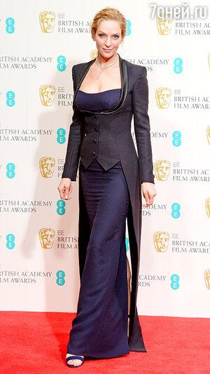 Ума Турман в шелковом темно-синем платье-бандо от Atelier Versace
