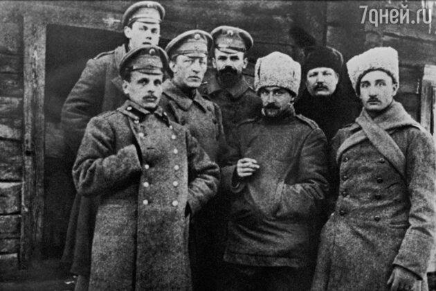Александр Блок (третий слева) среди сослуживцев во время Первой мировой войны
